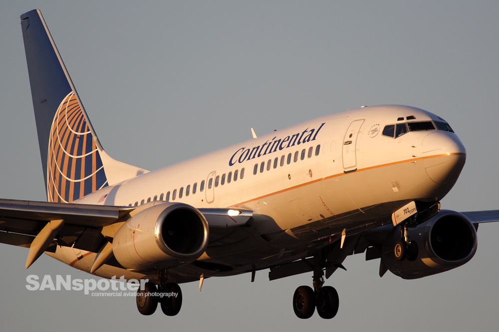 Tight-crop of a CO 737 at SNA