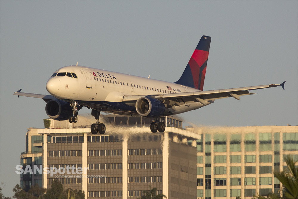 Delta A319 on final approach at SAN