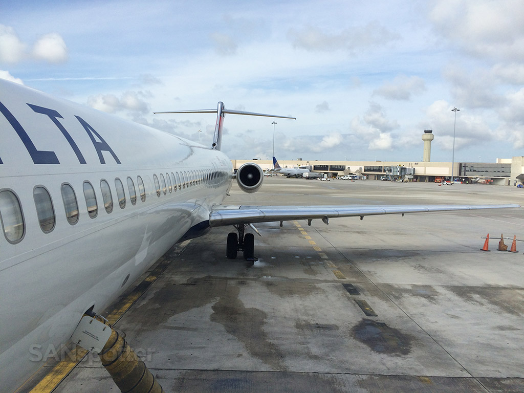 delta MD-88 at PBI