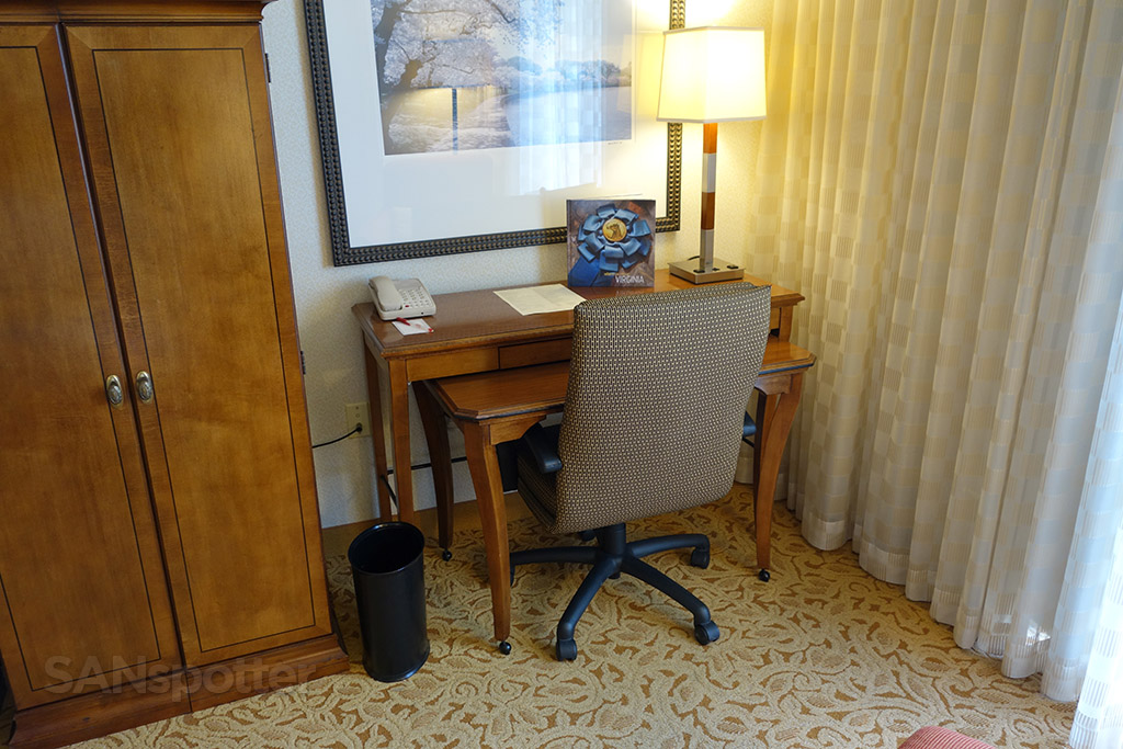 small desk marriott dulles hotel