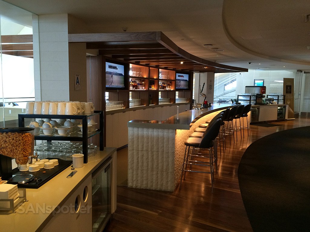 full bar lax star alliance business class lounge