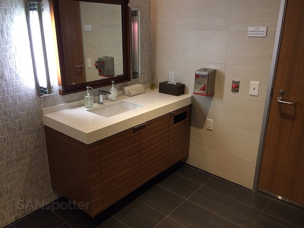 lax star alliance first class lounge bathroom