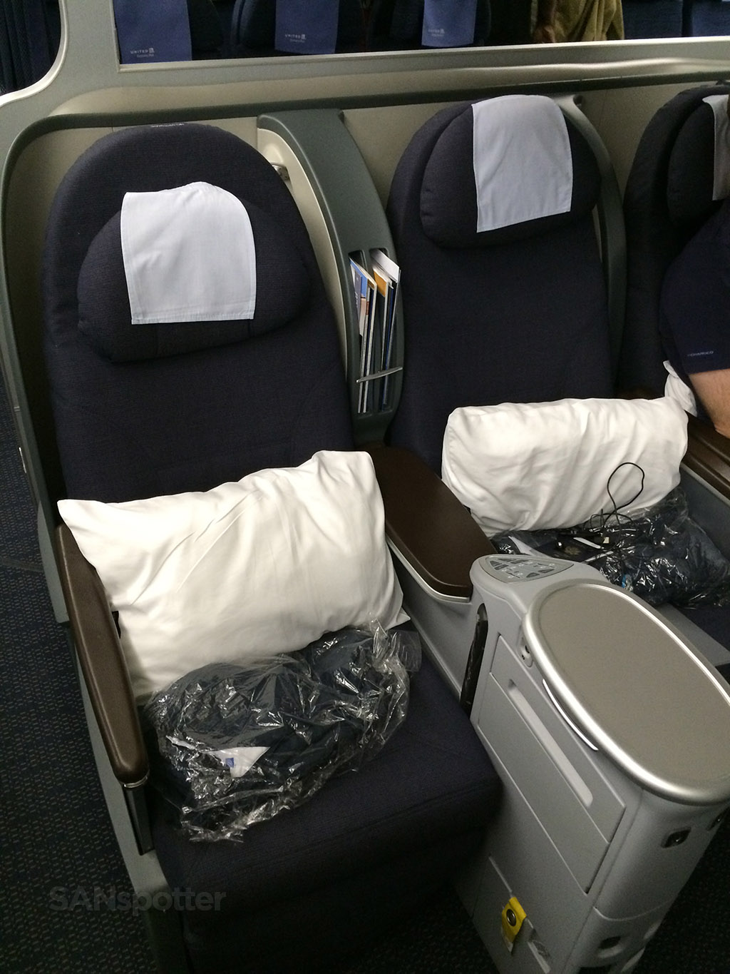 united airlines 777-200 BusinessFirst seat