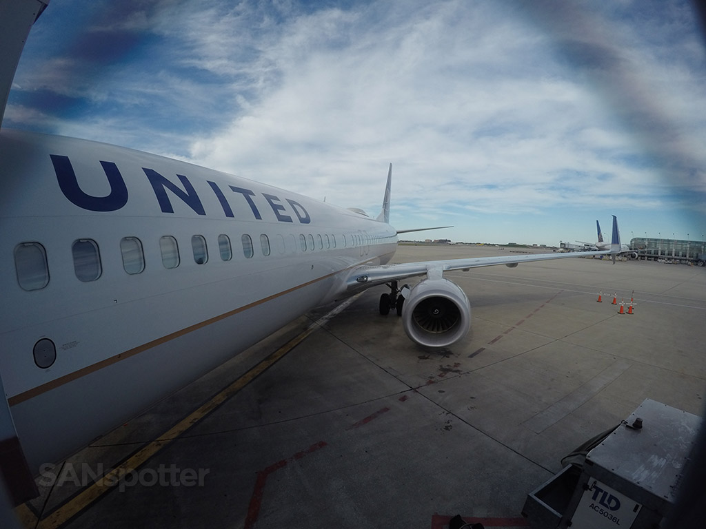boarding a united airlines 737-900