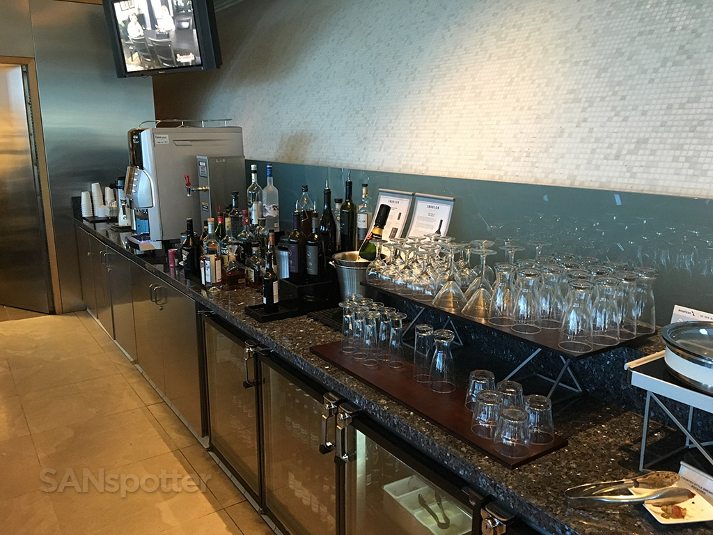 self serve drinks lax flagship lounge