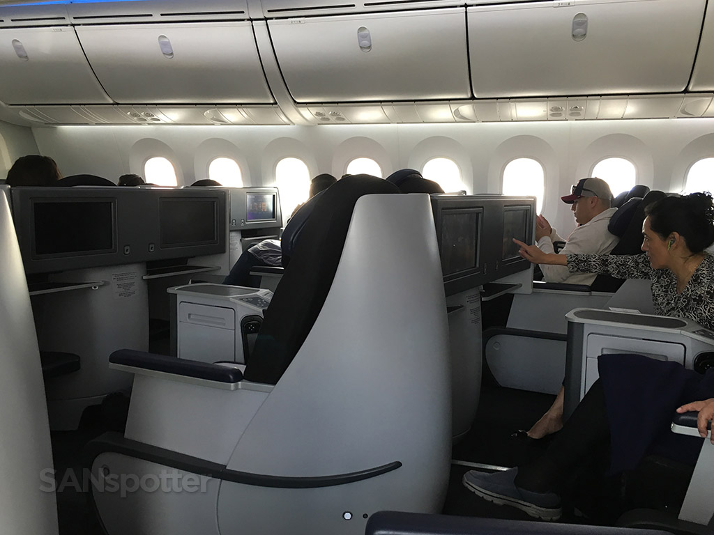 aeromexico business class cabin privacy