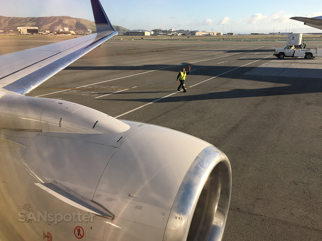 san francisco airport united airlines 737-900