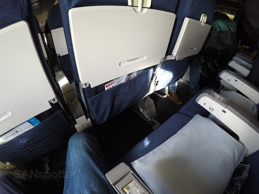 united airlines 747-400 economy class seat pitch