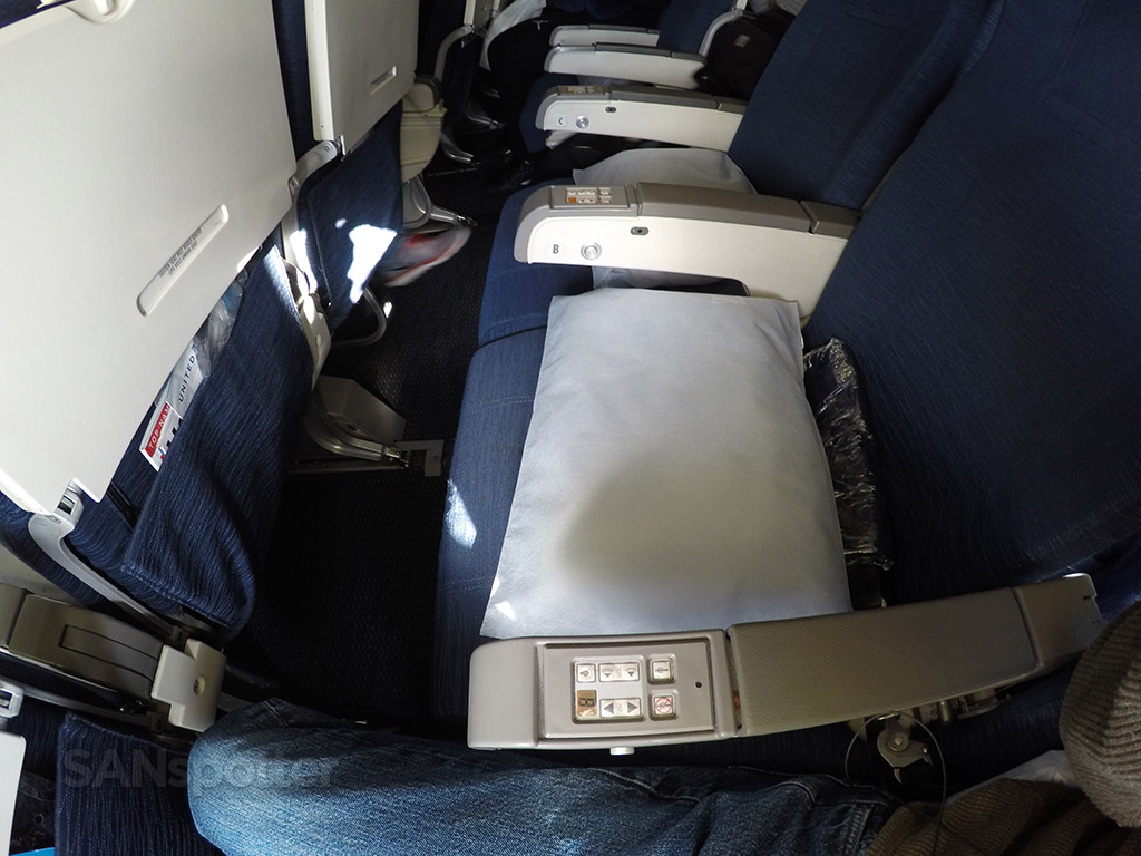 united airlines 747-400 pillows and blankets
