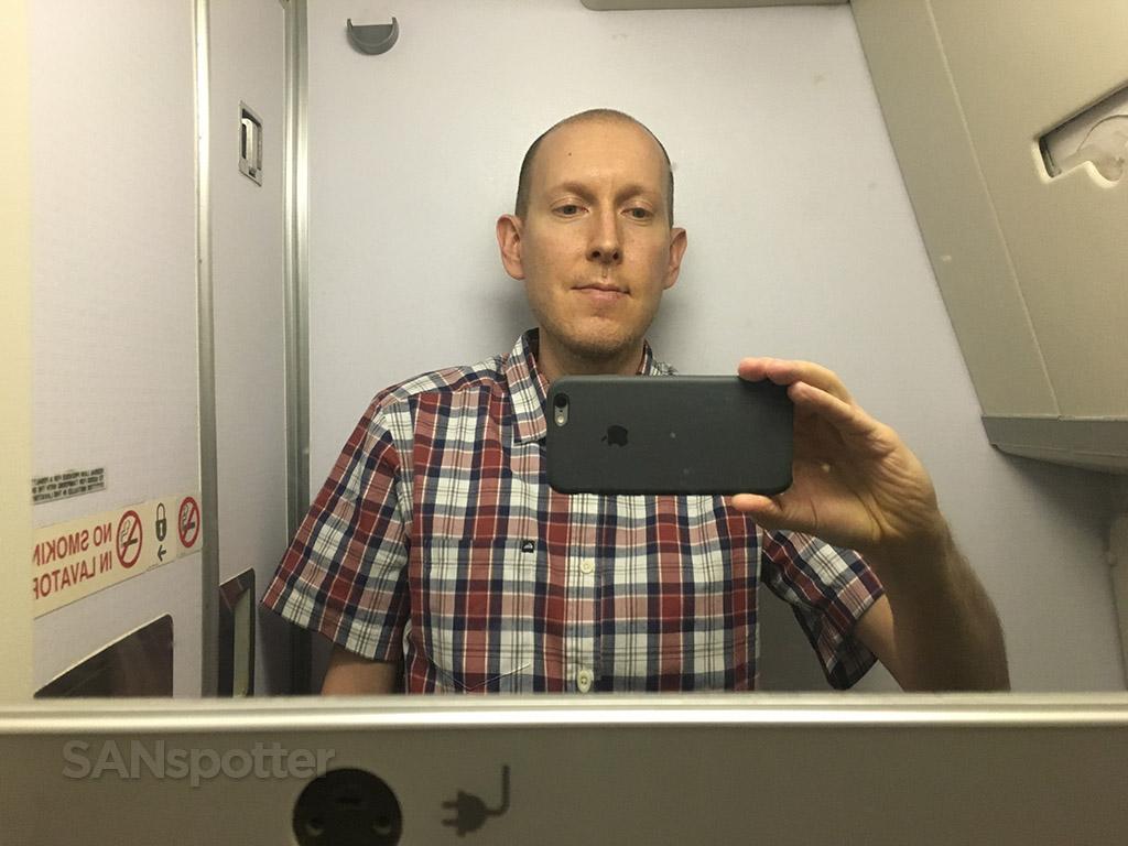 747-400 lavatory selfie