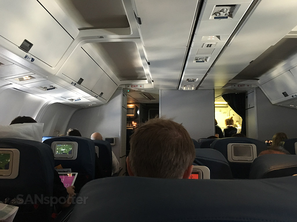 delta airlines 767-300 cabin ceiling
