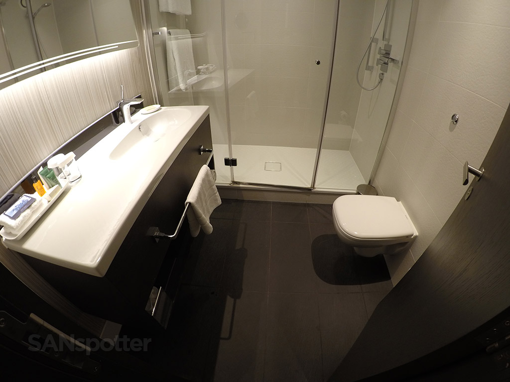 hilton london heathrow terminal 4 bathroom