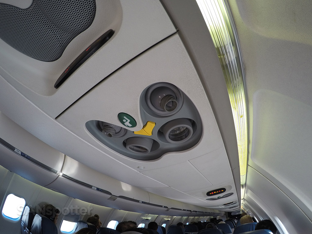 Delta Connection CRJ-900 ceiling