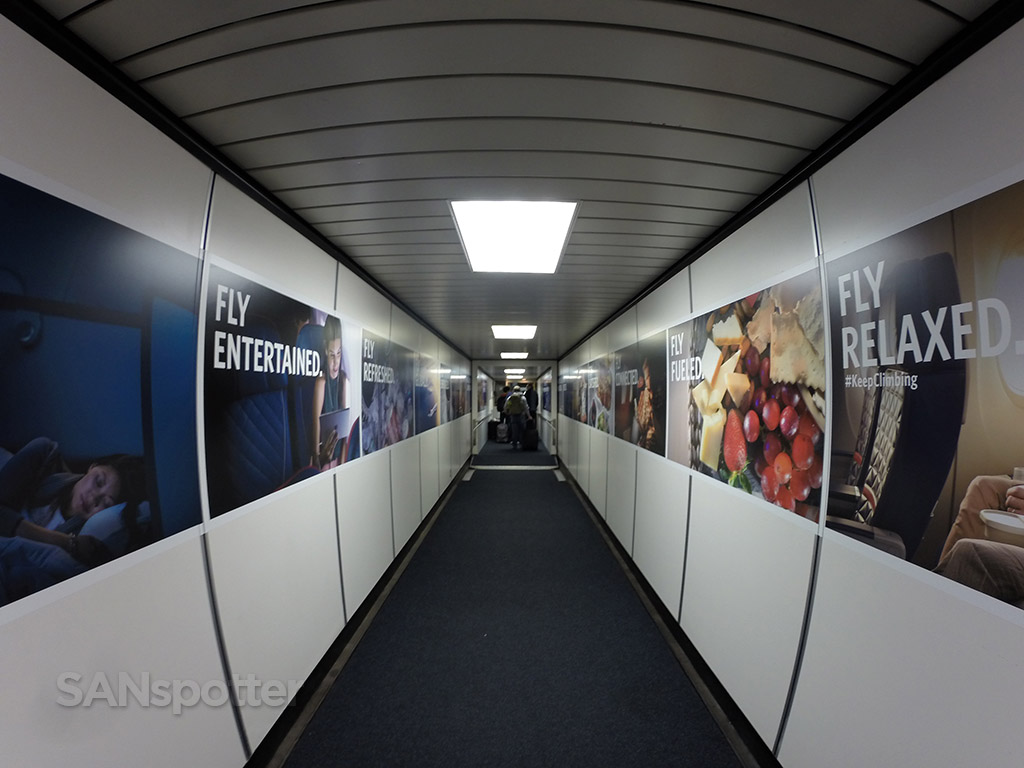 delta air lines jet bridge