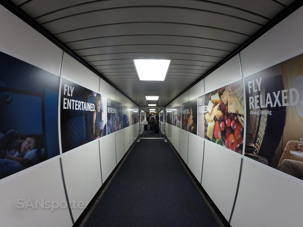 delta air lines jet bridge