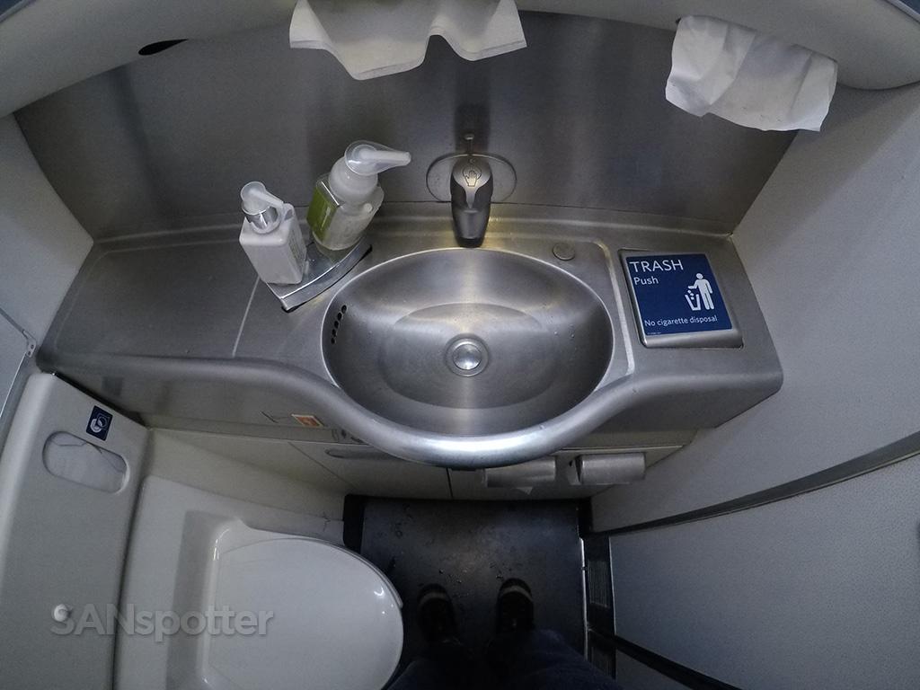 delta 767-400 lavatory