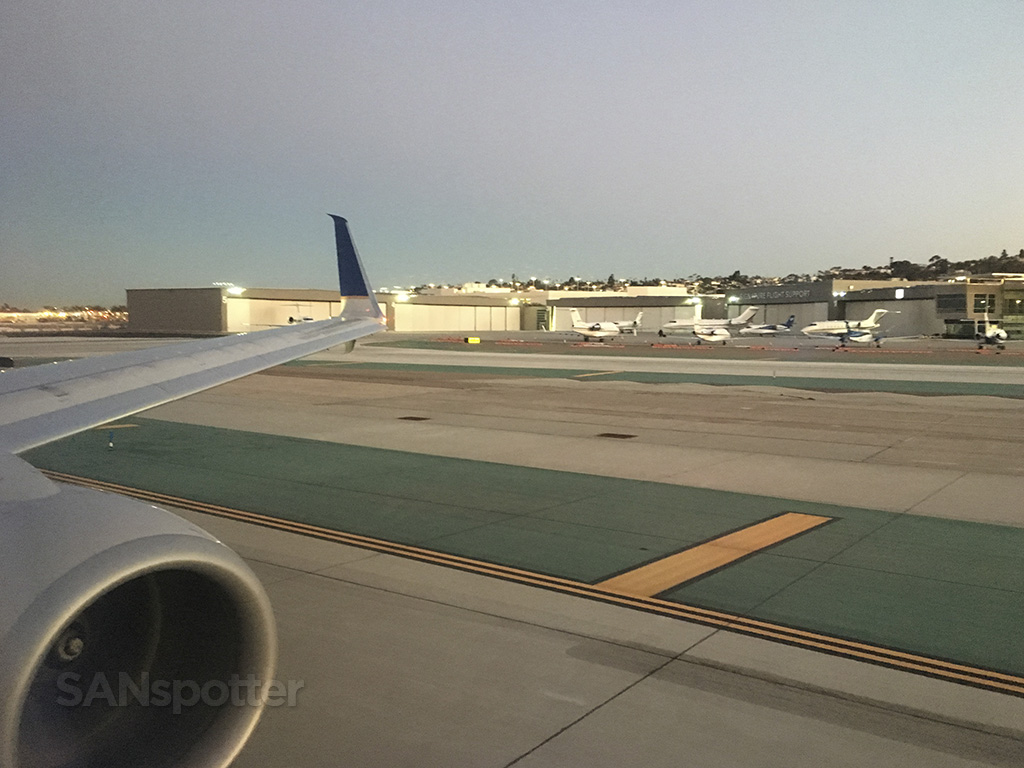 san diego airport 737-900 united