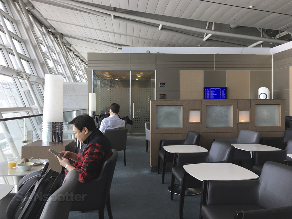 korean air business class lounge smoking section