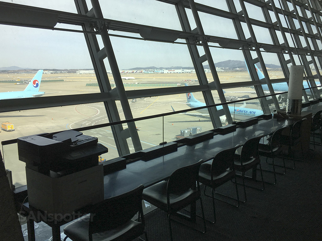 korean air business class lounge views