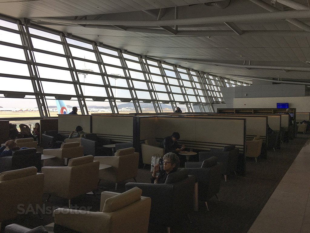 korean air business class lounge space