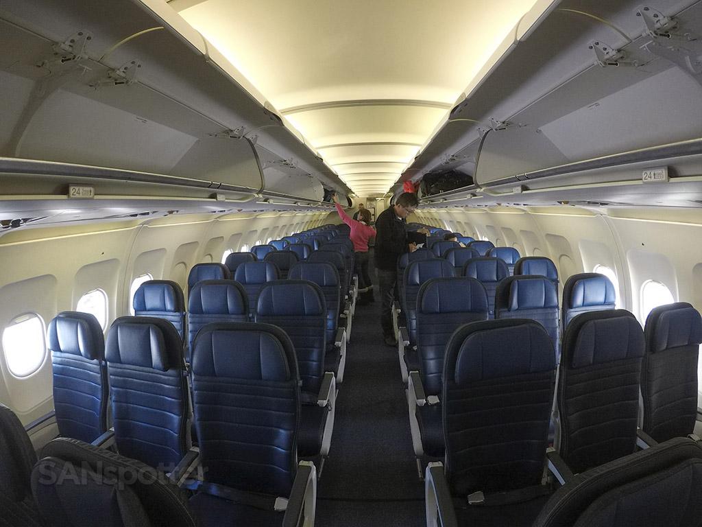 UA A320 economy class cabin