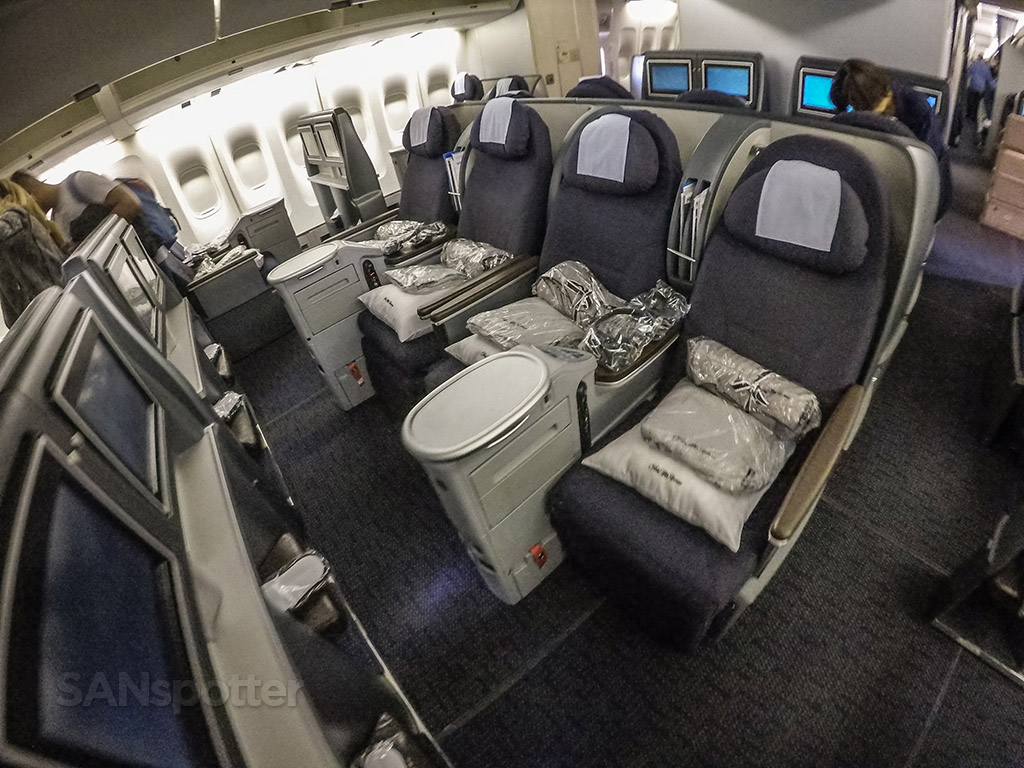 United Airlines 747–400 lower level business class
