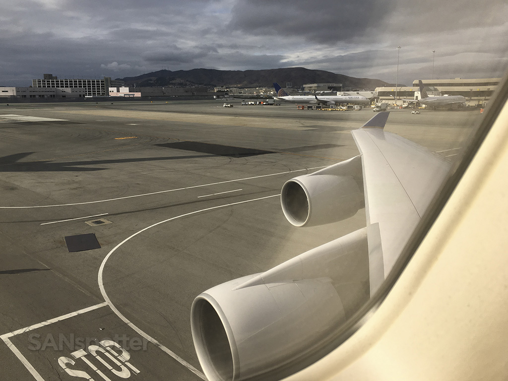 United Airlines 747–400 pushback SFO