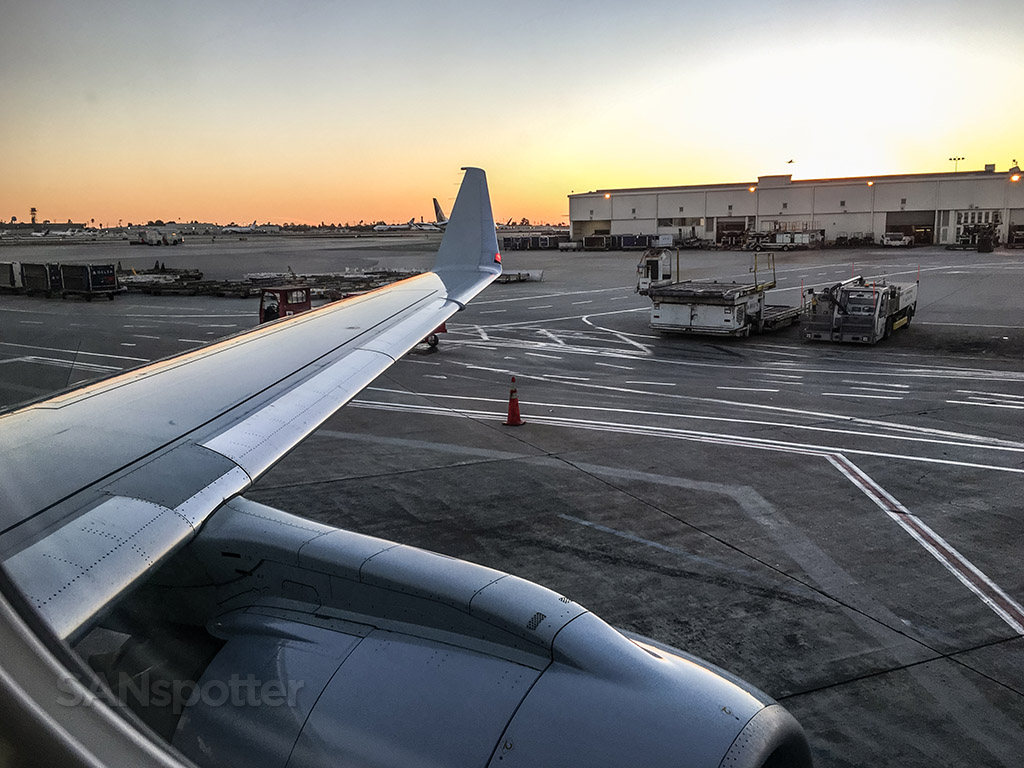 American Airlines first class ERJ 175 wing view