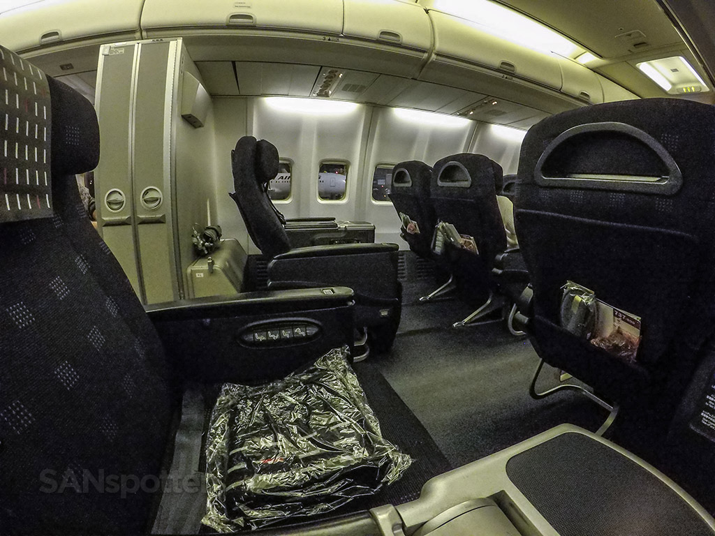 Japan Airlines 737-800 business class cabin