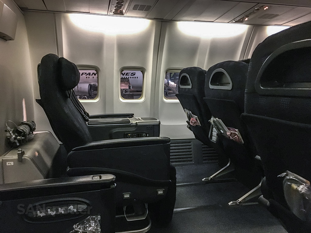 Japan Airlines 737-800 business class