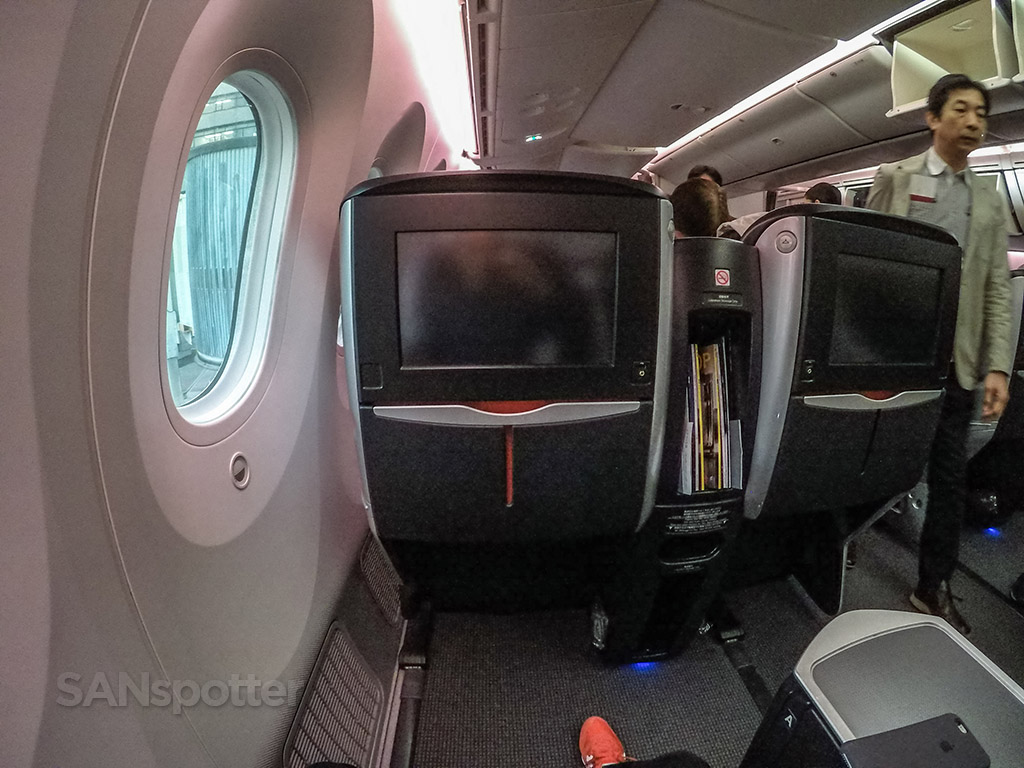Japan Airlines 787–8 business class video screens