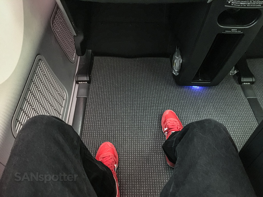 Japan Airlines 787–8 business class leg room
