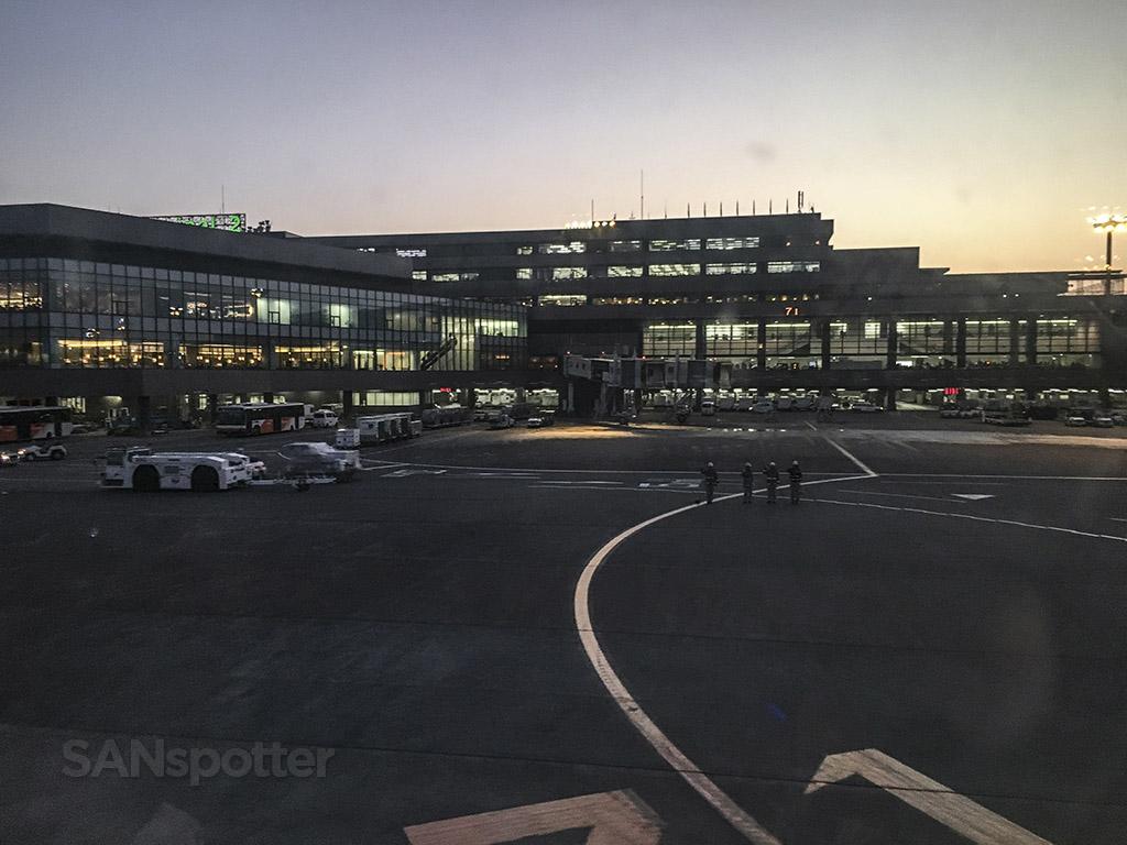 Narita airport ground staff bow