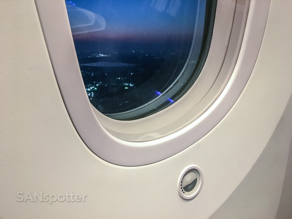 JAL 787–8 window