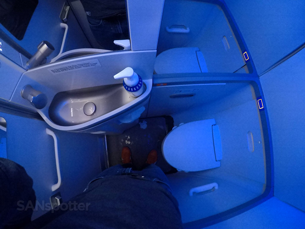 Alaska airlines 737–900 first class bathroom