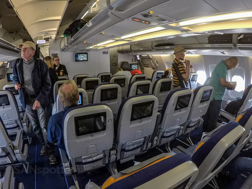 Lufthansa a340-300 Economy class cabin