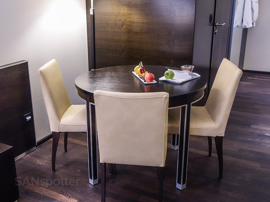 Four points Sheraton Zürich dining table