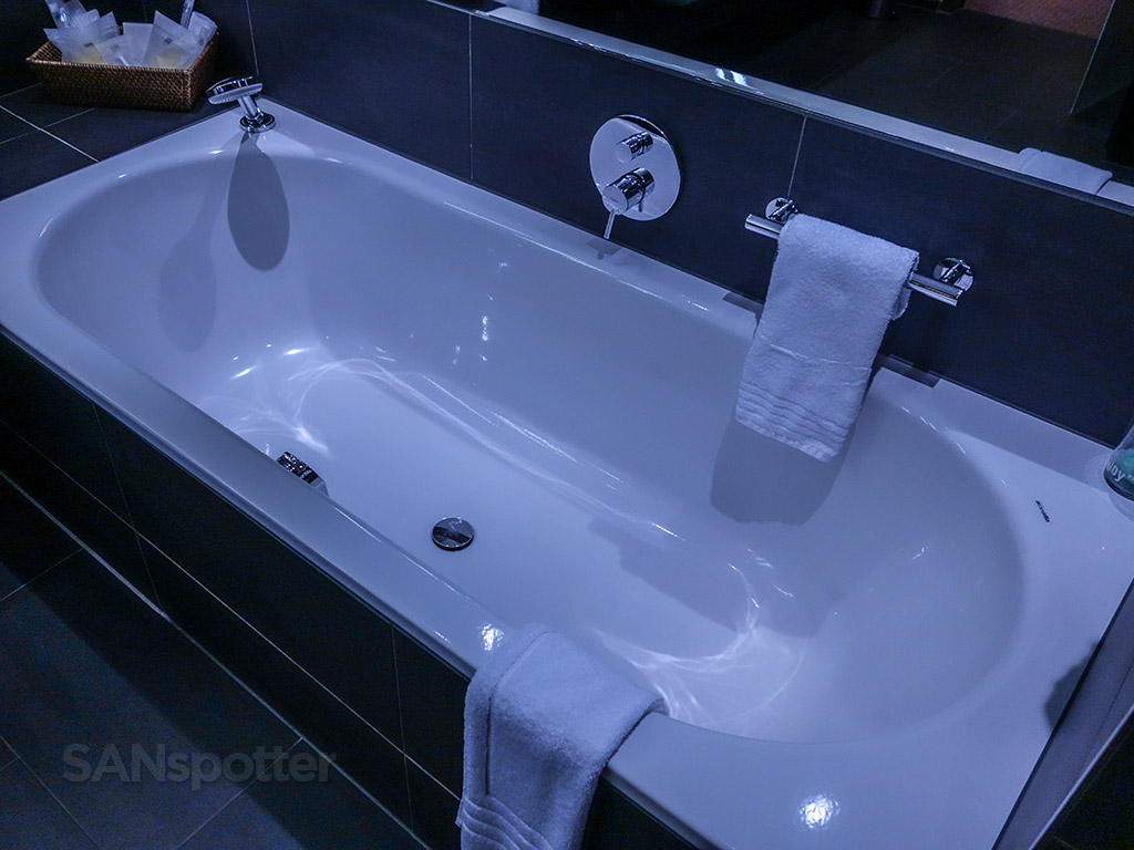 Four points Sheraton Zurich suite bathroom tub