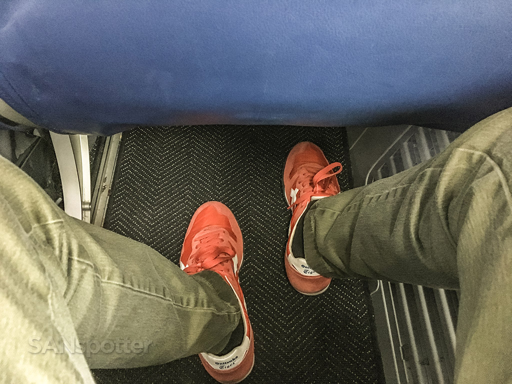 Airlines 737–800 leg room and seat pitch