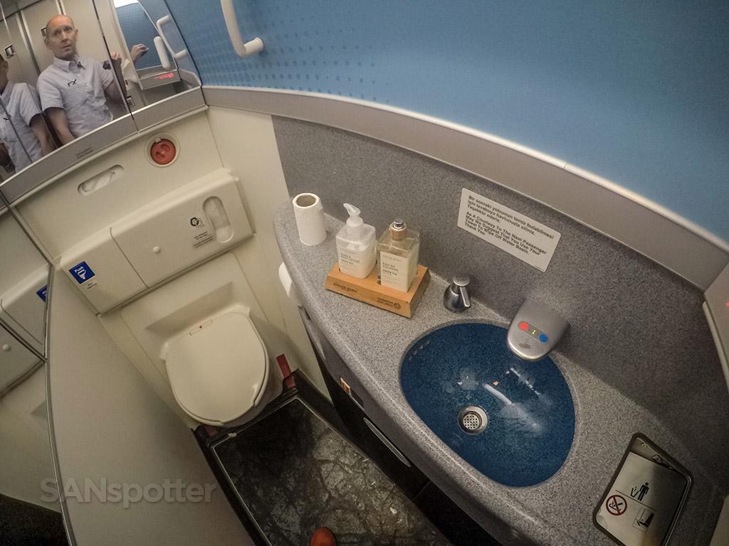 Turkish Airlines 777-300 bathroom