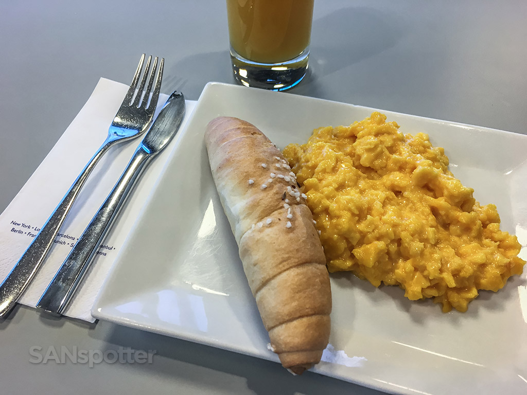 Australian airlines lounge Vienna airport breakfast option