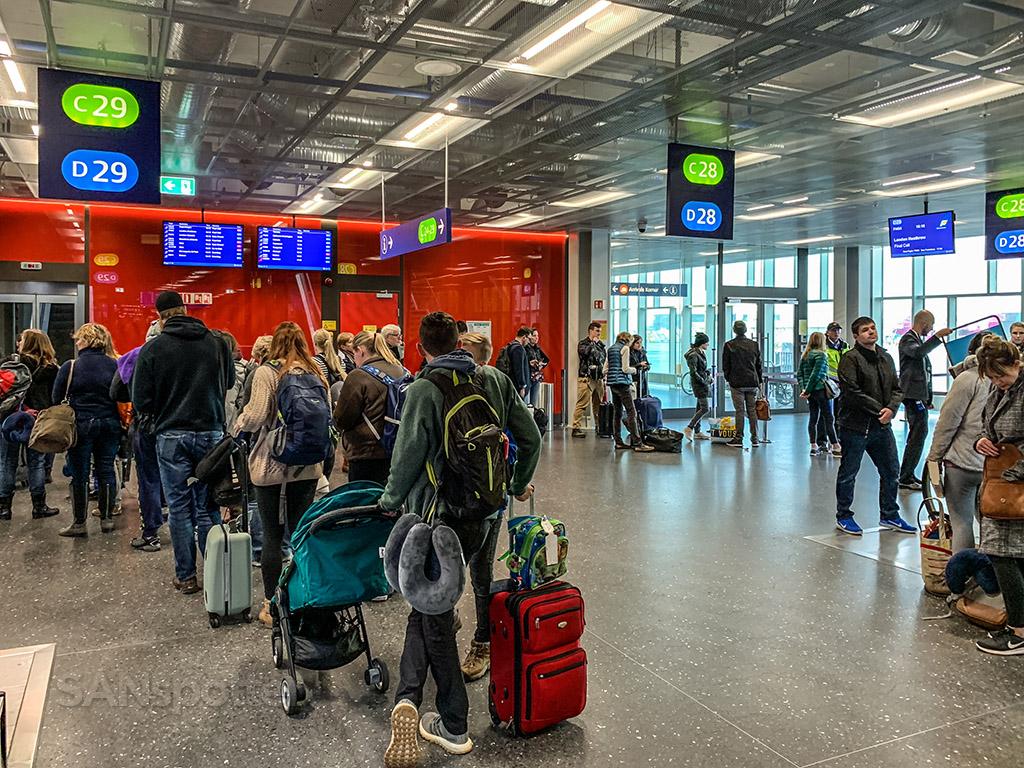 KEF boarding gate
