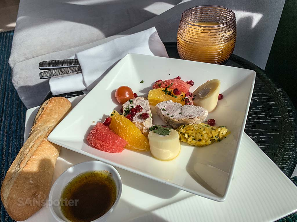 Qatar premium lounge cdg food