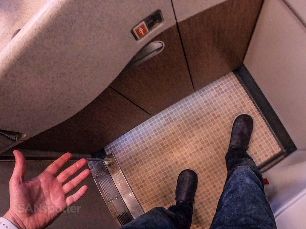 China Eastern 777-300 first class lavatory