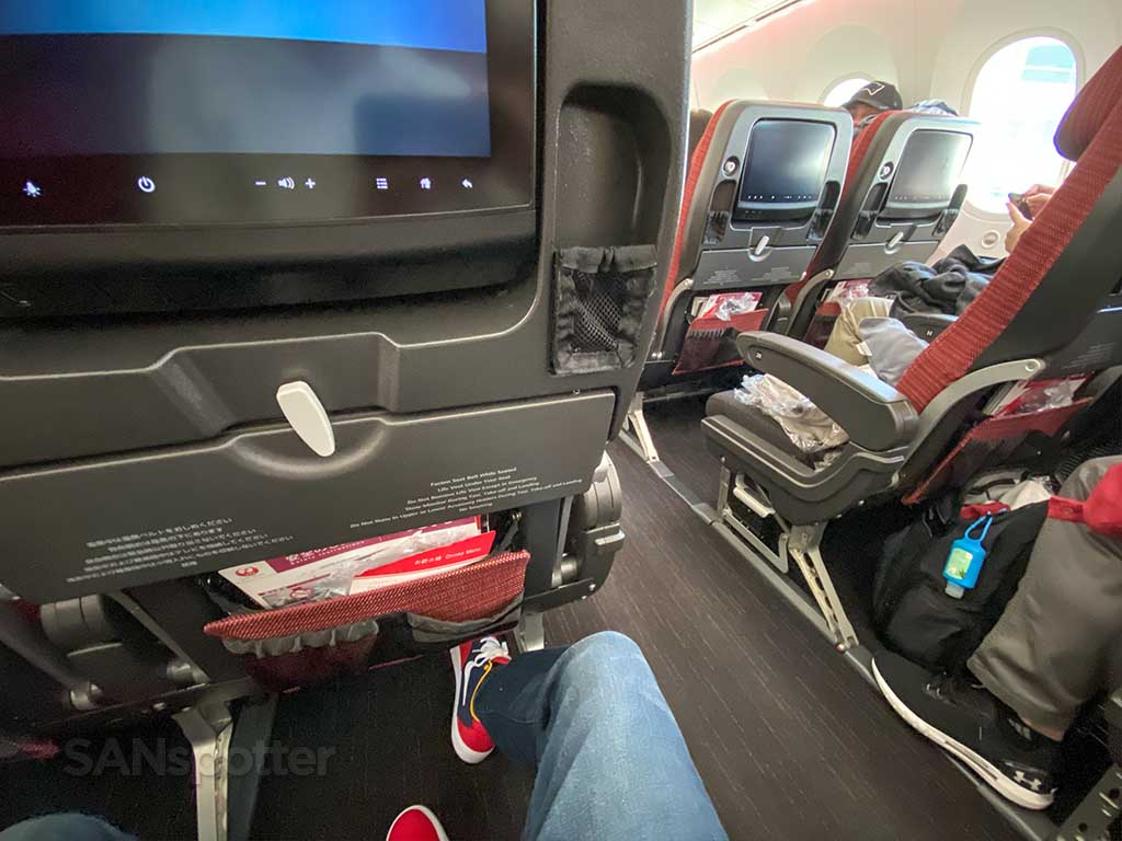 JAL 787 economy cabin