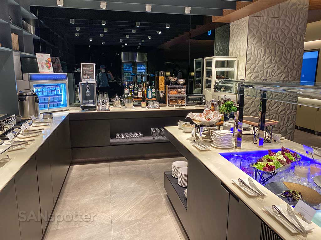 Starlux Airlines Galactic lounge food and drinks TPE