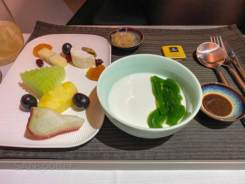 Starlux Airlines business class dessert