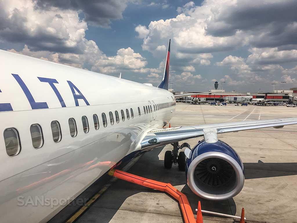 Delta 737 up close