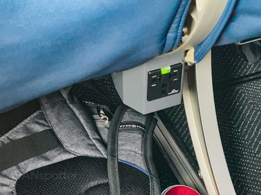 United Airlines 737-9 MAX power outlets