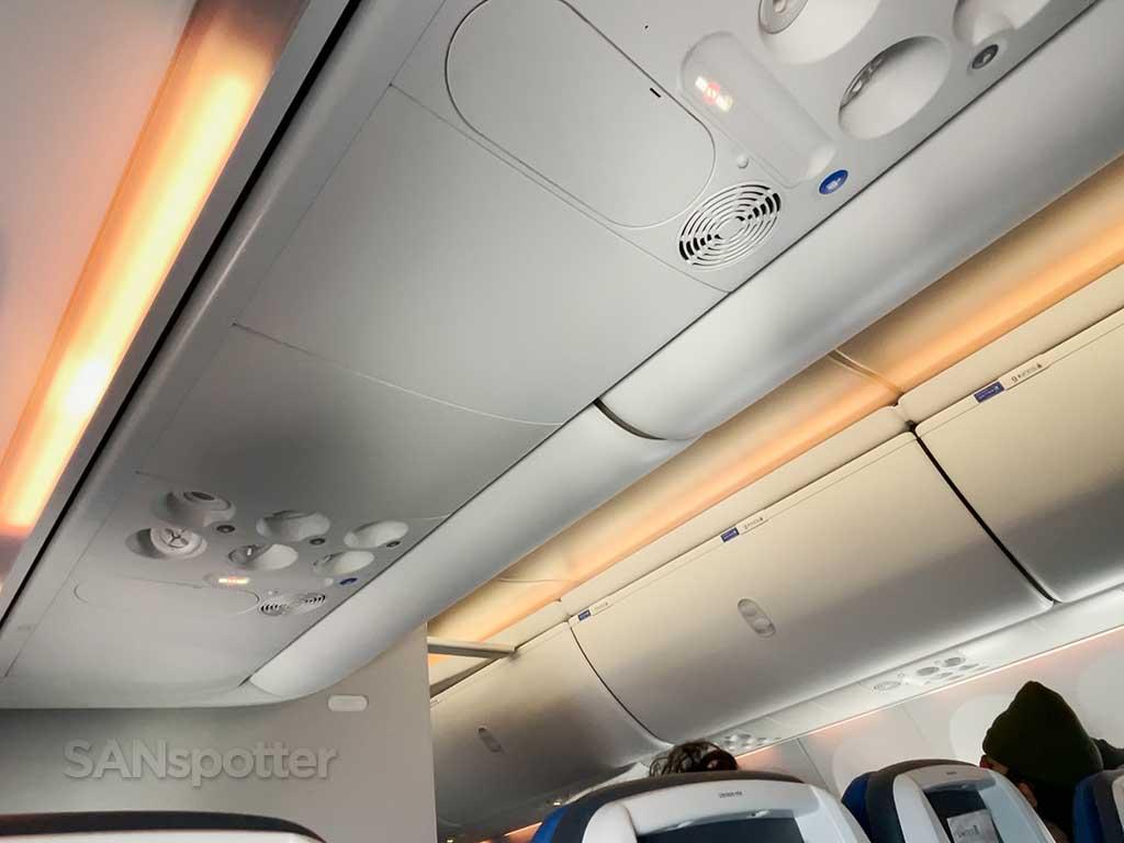 United 737 MAX 9 mood lighting